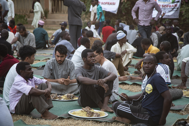 Sudan'da üniversite okuyan 1500 öğrenciye iftar