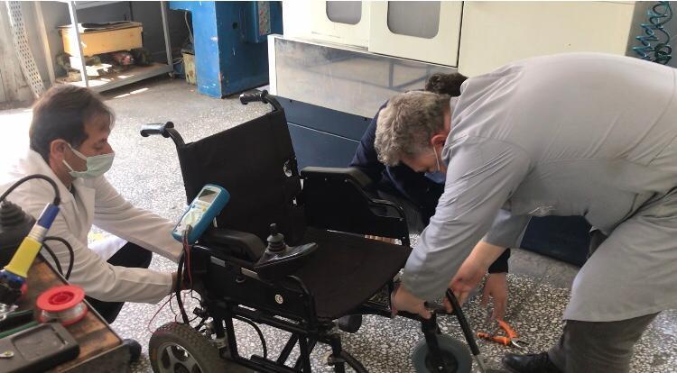 Bilecik'te öğretmenler akülü tekerlekli sandalyelerin tamirini yapıyor