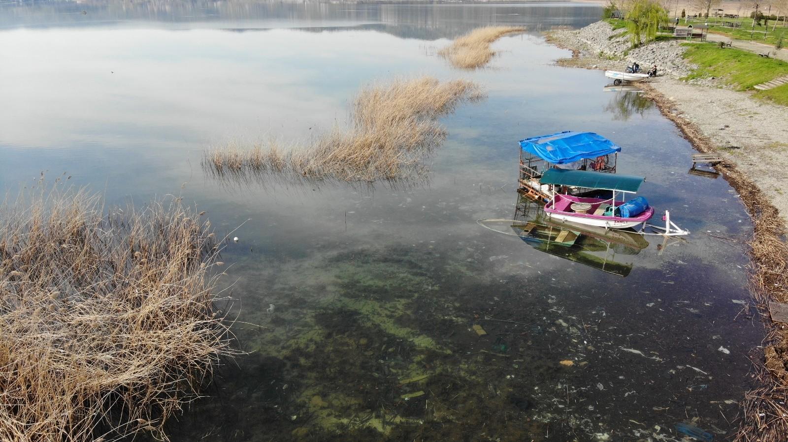 Karın erimesiyle su seviyesi artan Sapanca Gölü'nde karaya oturan kayık sular altında kaldı