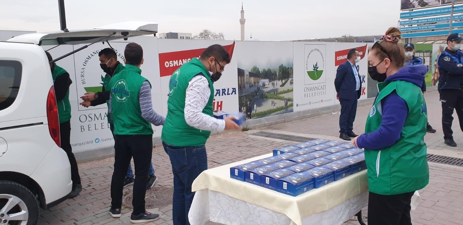 Yolda oruç açmak zorunda kalanlara yardım ediyorlar! İftara eve yetişemeyen vatandaşlara iftar paketi