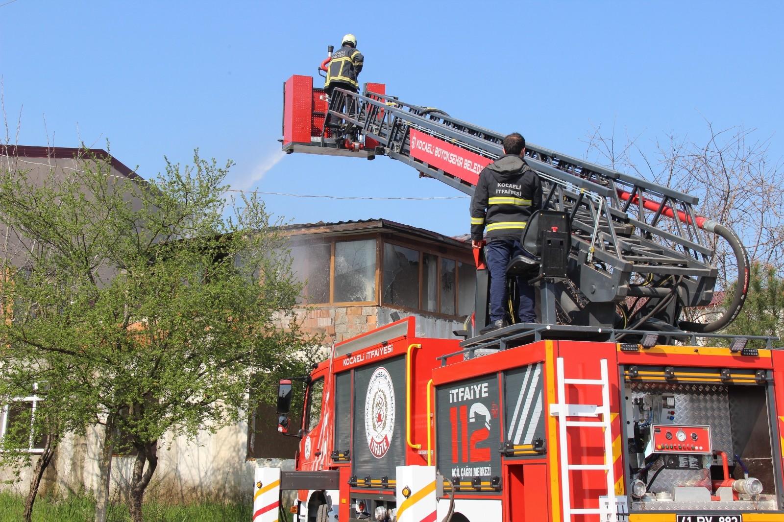 Kullanılmayan evin çatı katı alevlere teslim oldu!  2 katlı binada yangın