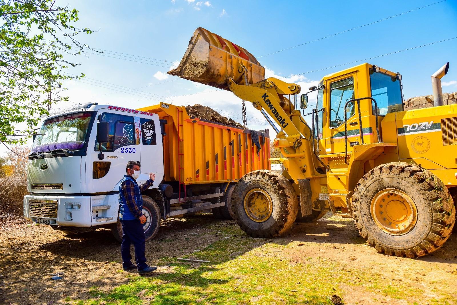 Ceylanpınar Belediyesi ilçe kırsalındaki bahar temizliğini sürdürüyor