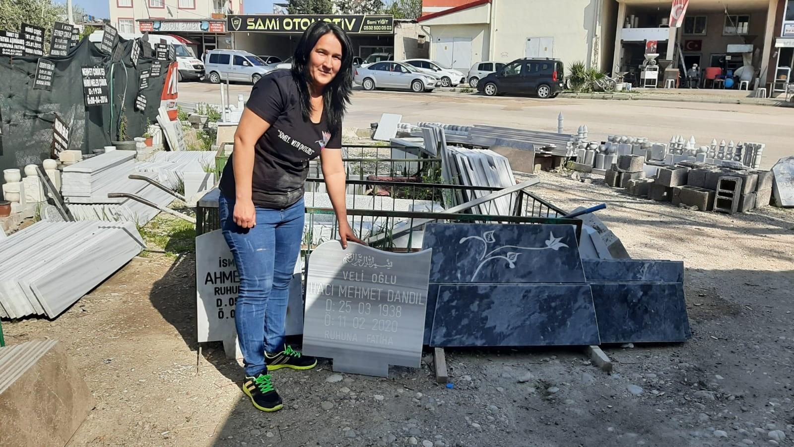 Mezar taşı işini yapan mermer ustası Yasemin Saltalı'yı gören şaşırıyor