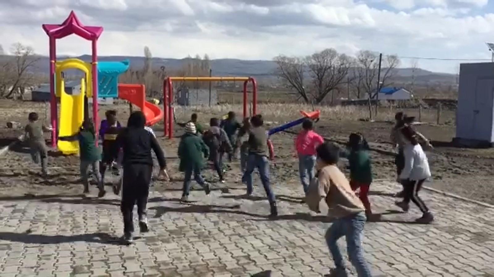 Köy öğretmeninden duygulandıran hediye! Onun sayesinde çocuklar ilk kez parkla tanıştı
