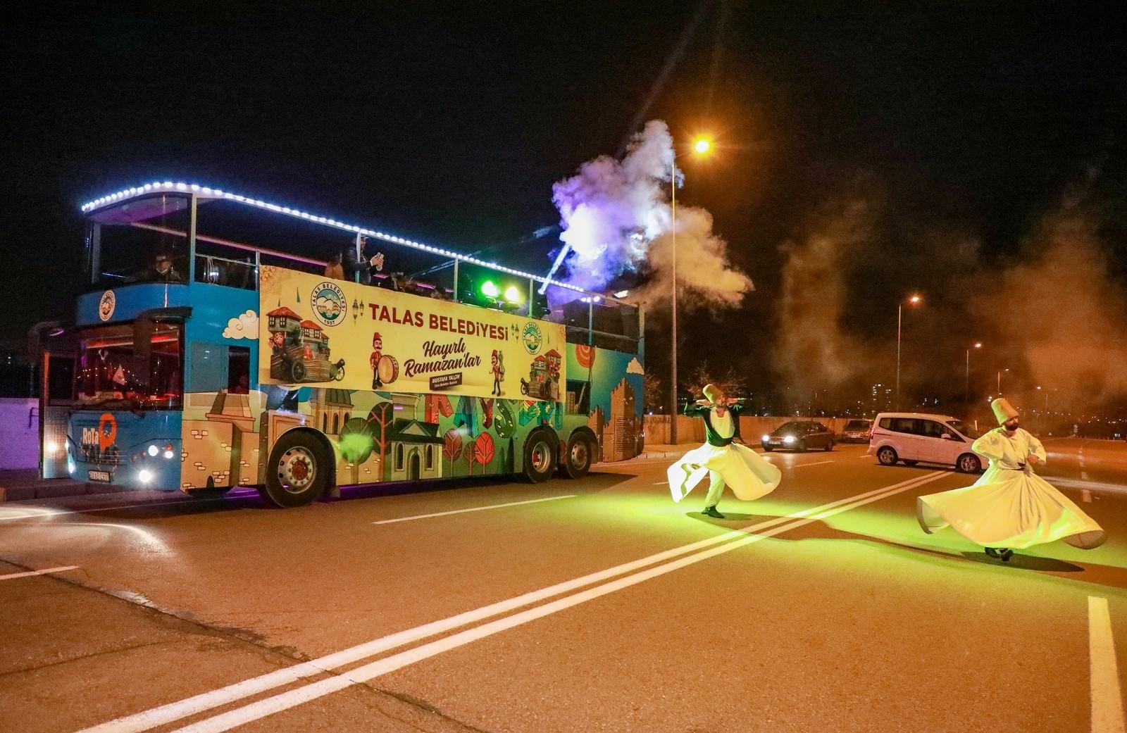 Ramazan otobüsü her akşam başka bir mahalleye keyifli anlar yaşatıyor
