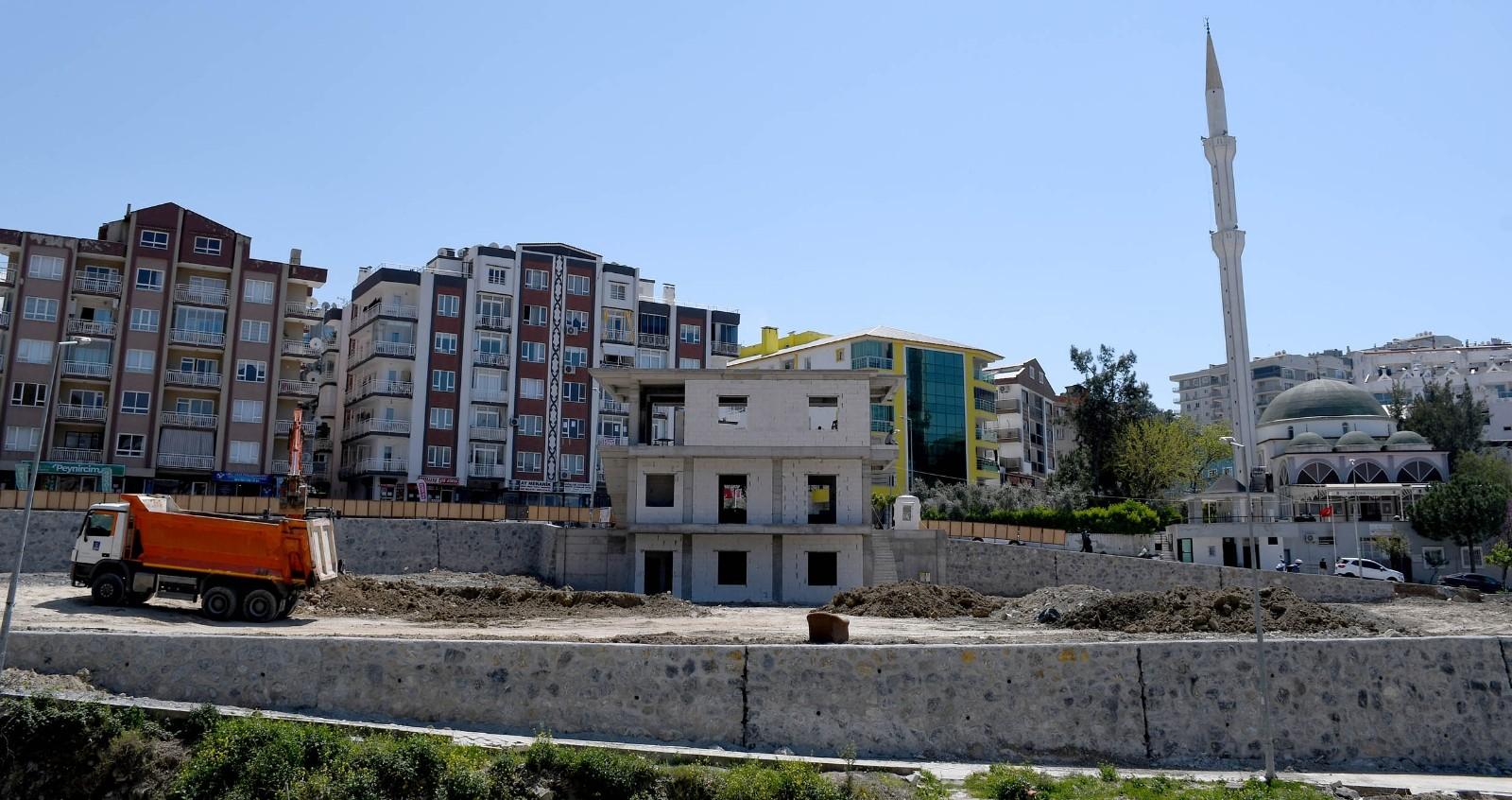 Kuşadası Belediyesi taziye evi ve park alanındaki çalışmalarına devam ediyor