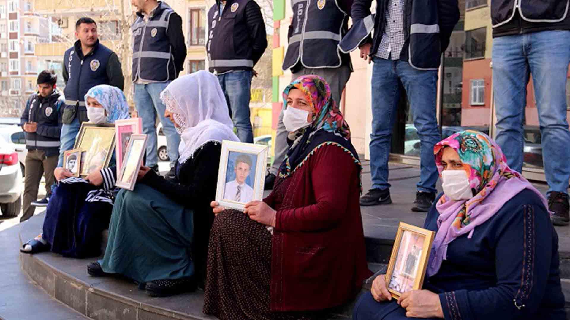 Evlat nöbetindeki acılı aileler evlatlarına seslendi! Teslim ol çağrısı