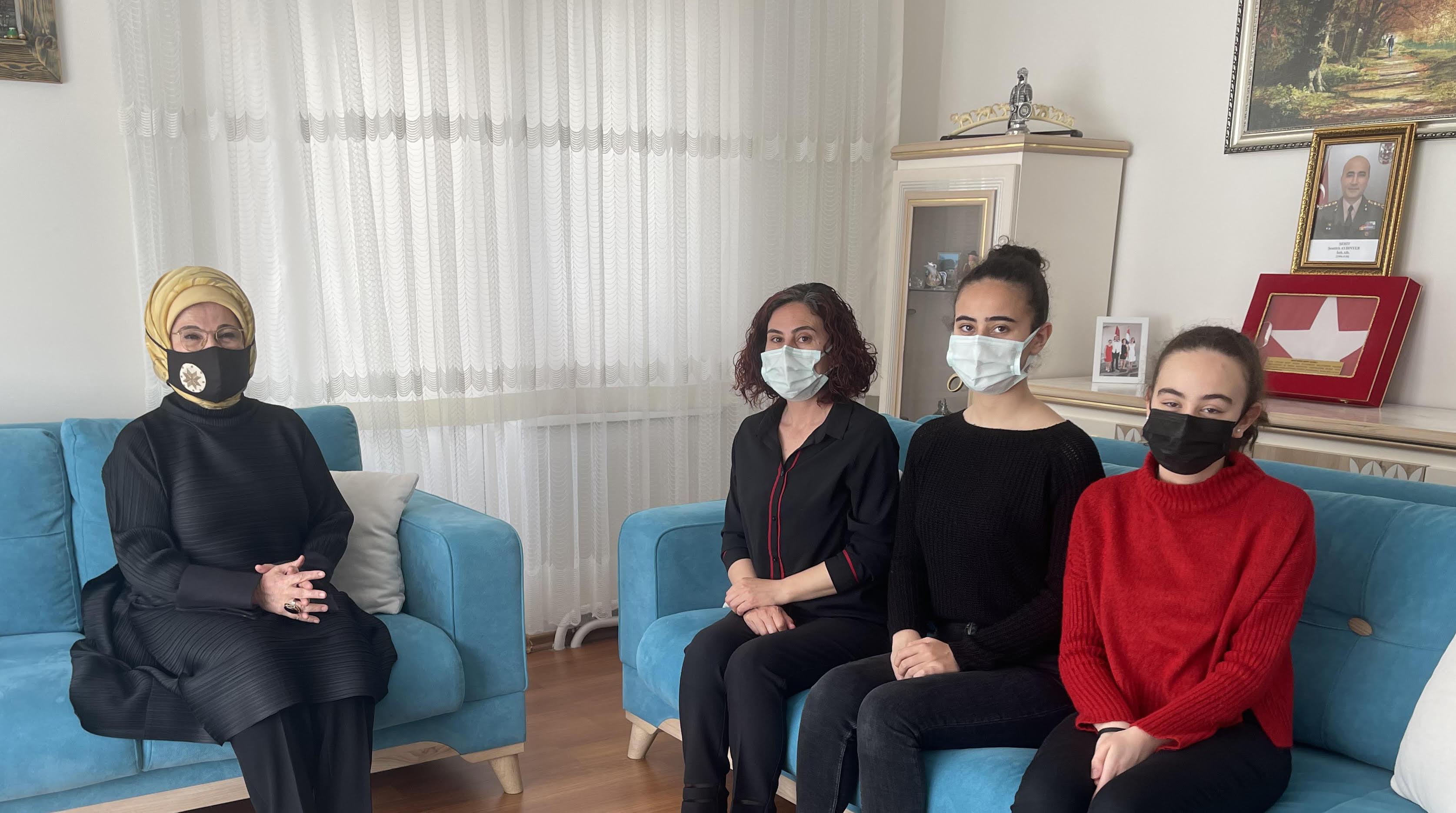 Bitlis şehidimize taziye! Emine Erdoğan, şehit ailesini ziyaret etti