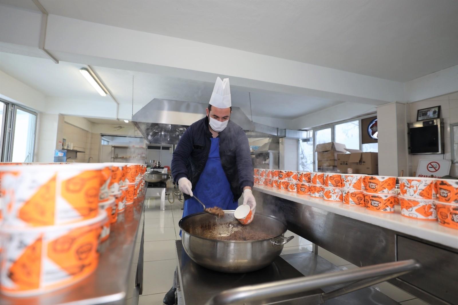 Başiskele Belediyesi ihtiyaç sahiplerinin evlerine sıcak yemek  ulaştırıyor