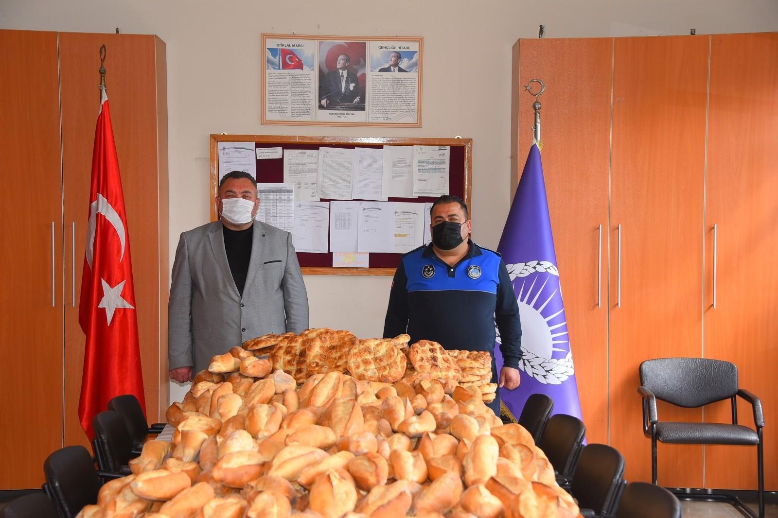 Manisa'da zabıtalar seyyar satıcıların binlerce ekmeğine el koydu!