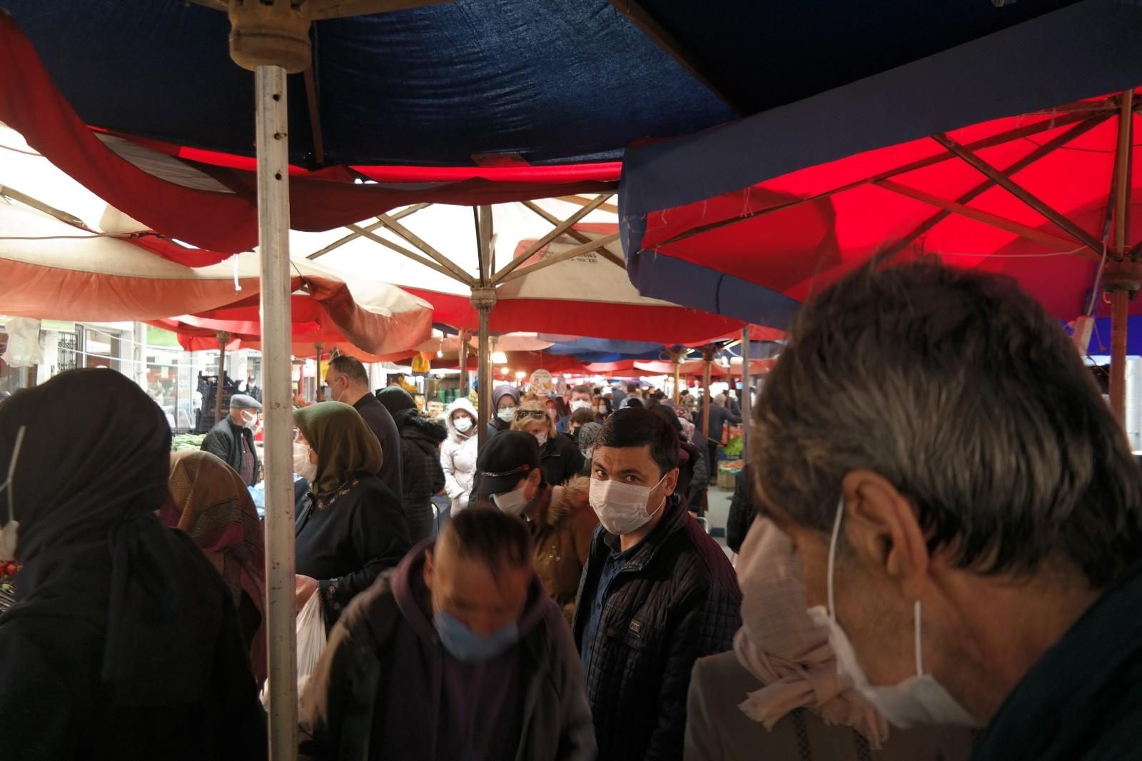 Eskişehir'de kurulan pazarda oluşan kalabalık endişelendirdi