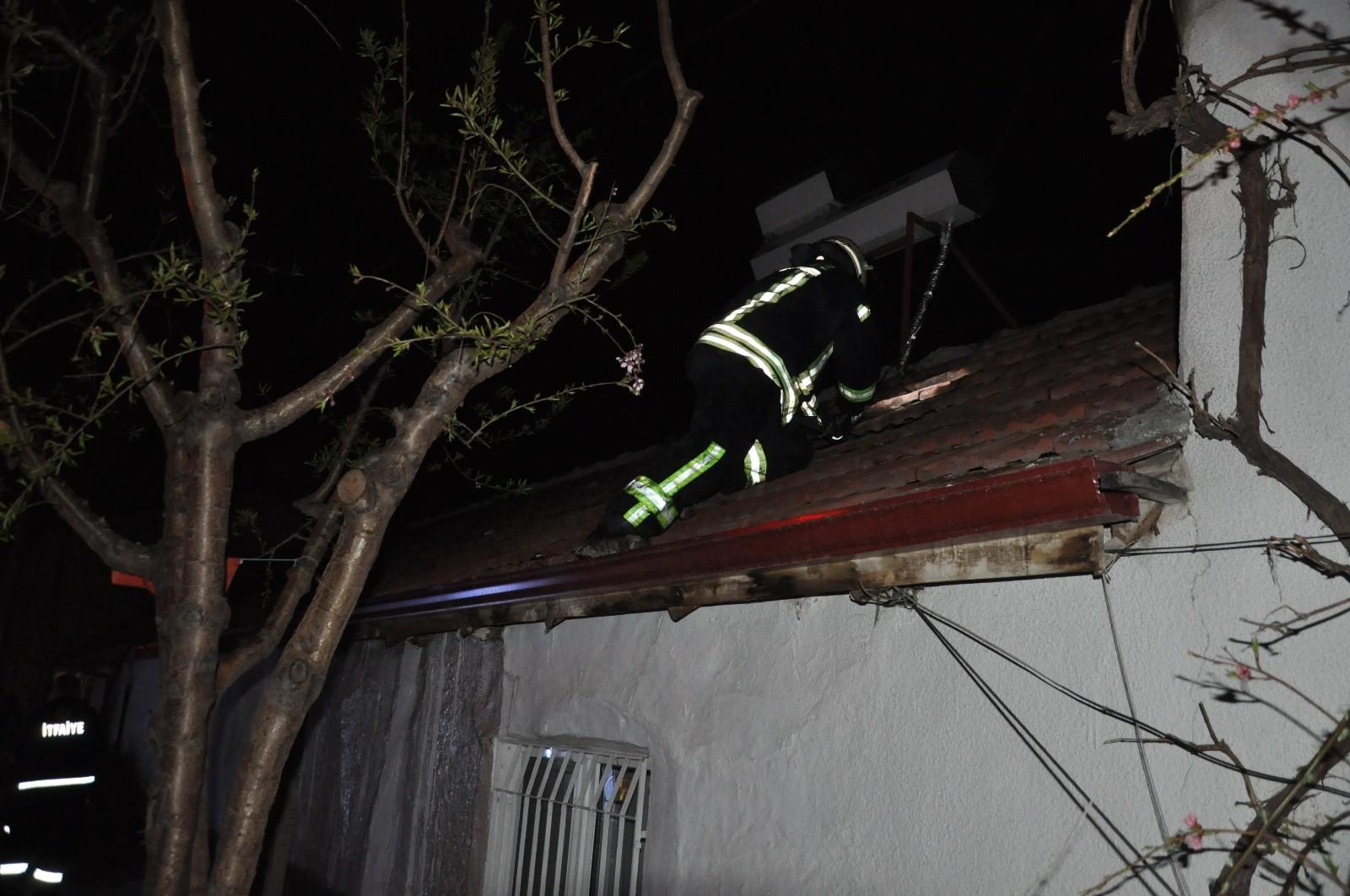 Az kalsın evi yakacaktı! Odunlukta çıkan yangın eve sıçramadan söndürüldü