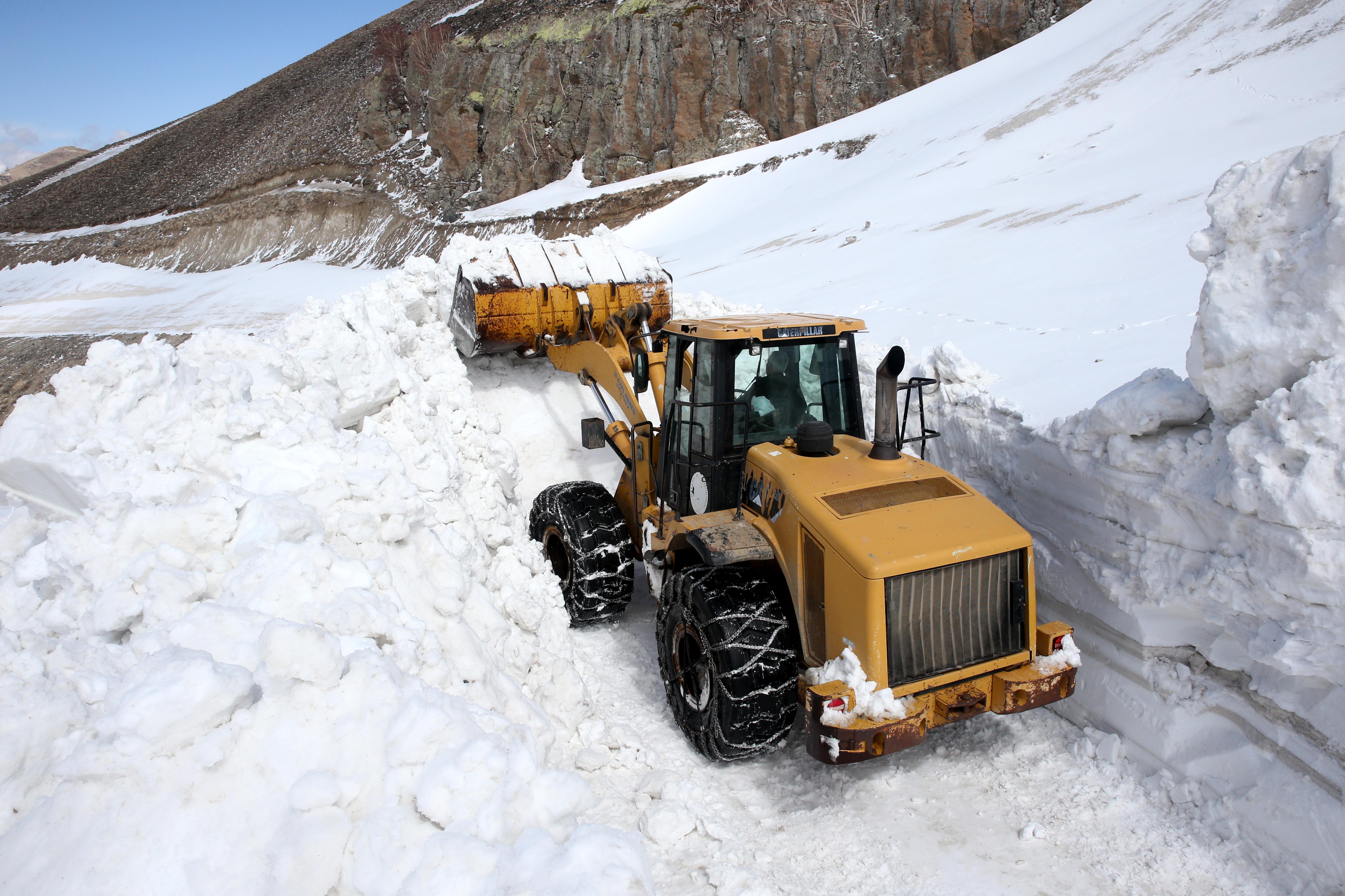 Turizm cenneti Nemrut Krater Gölü'ne ulaşım için İl Özel İdaresi ekipleri çalışmalarını sürdürüyor