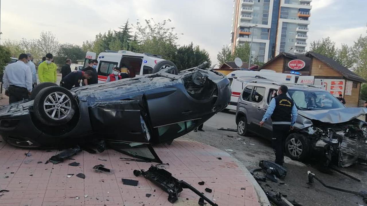 Mersin'deki kaza ucuz atlatıldı! Araçlar çarpışmanın etkisiyle hurdaya döndü