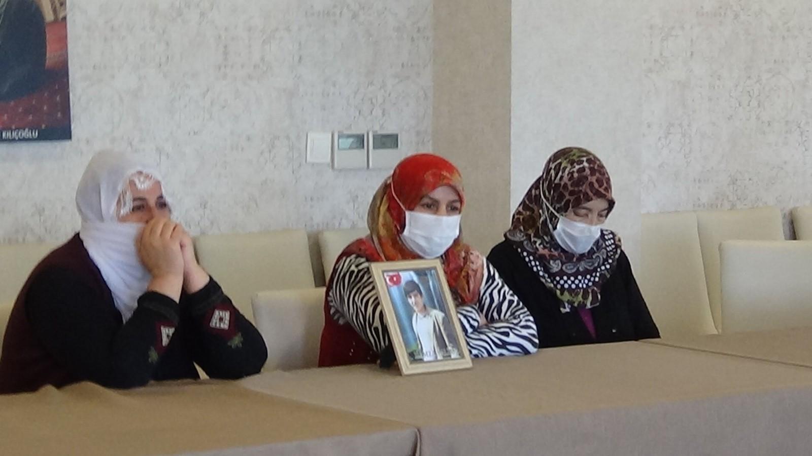 """Evlat nöbetindeki ailelerin HDP isyanı: """"HDP, terör örgütü PKK'nın sağ koludur"""""""