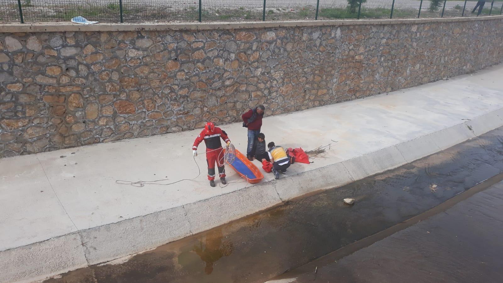 Dengesini kaybeden çocuk dereye düştü! Yardımına itfaiye ekipleri yetişti