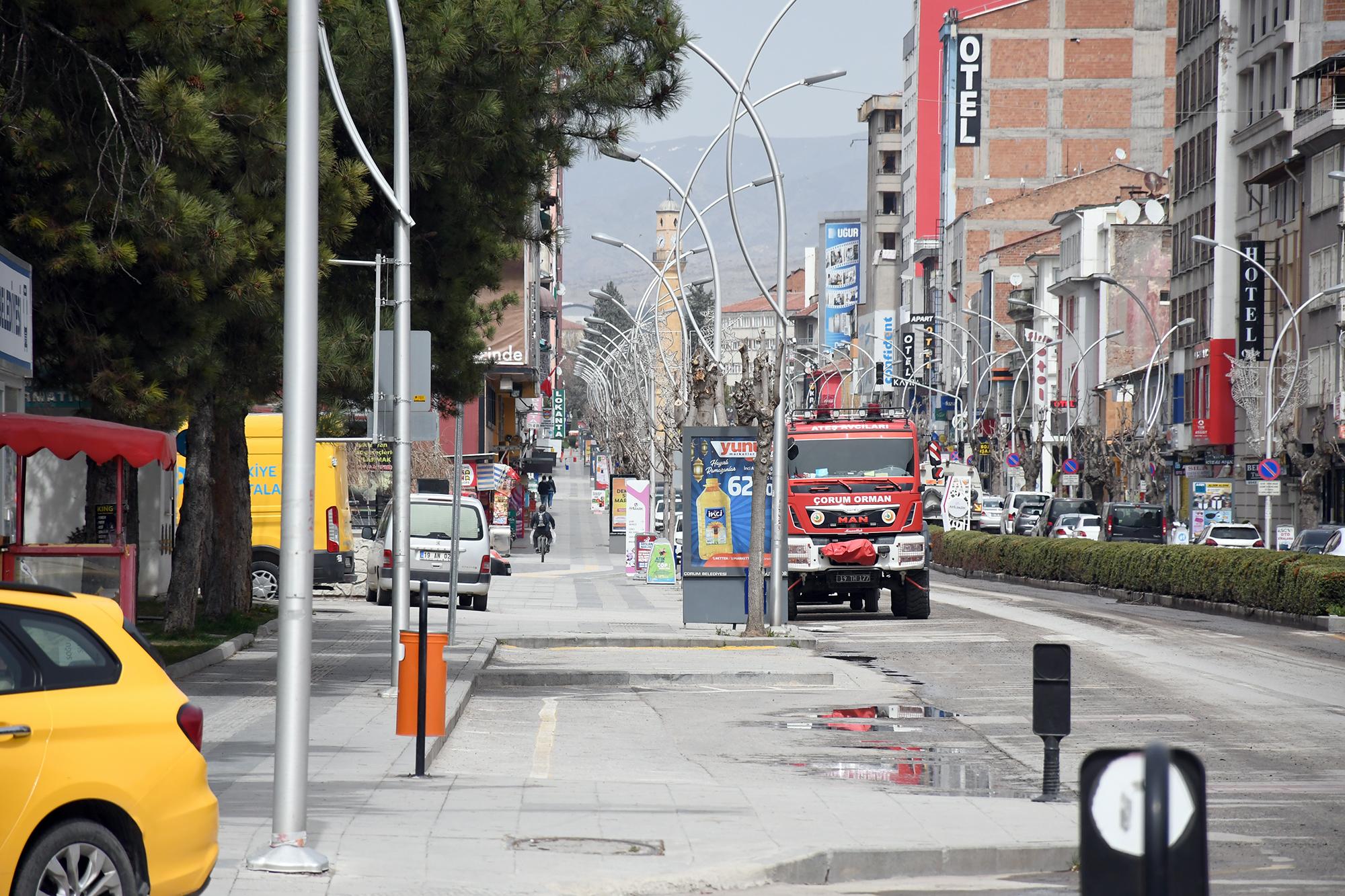 Kırmızı renkli illerin en işlek caddelerinde kısıtlama nedeniyle sessizlik hakim oldu