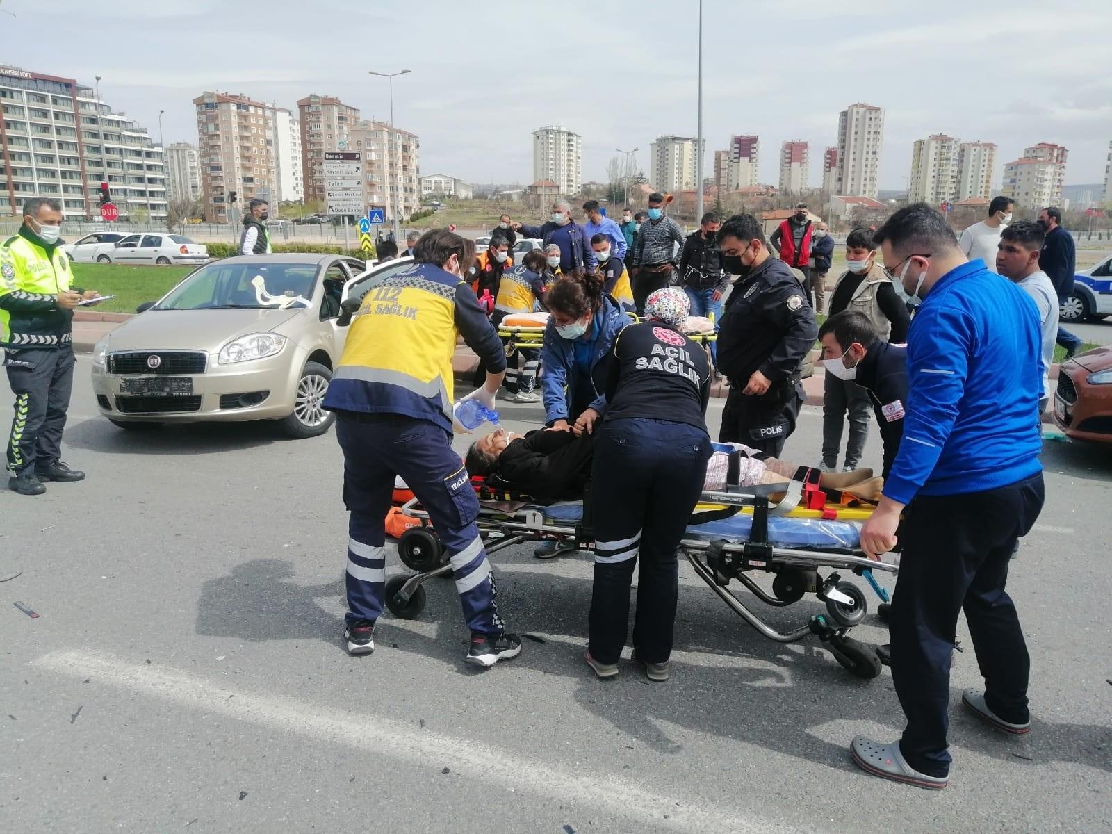 İki araç çarpıştı, yol can pazarına döndü: 1'i ağır 5 yaralı