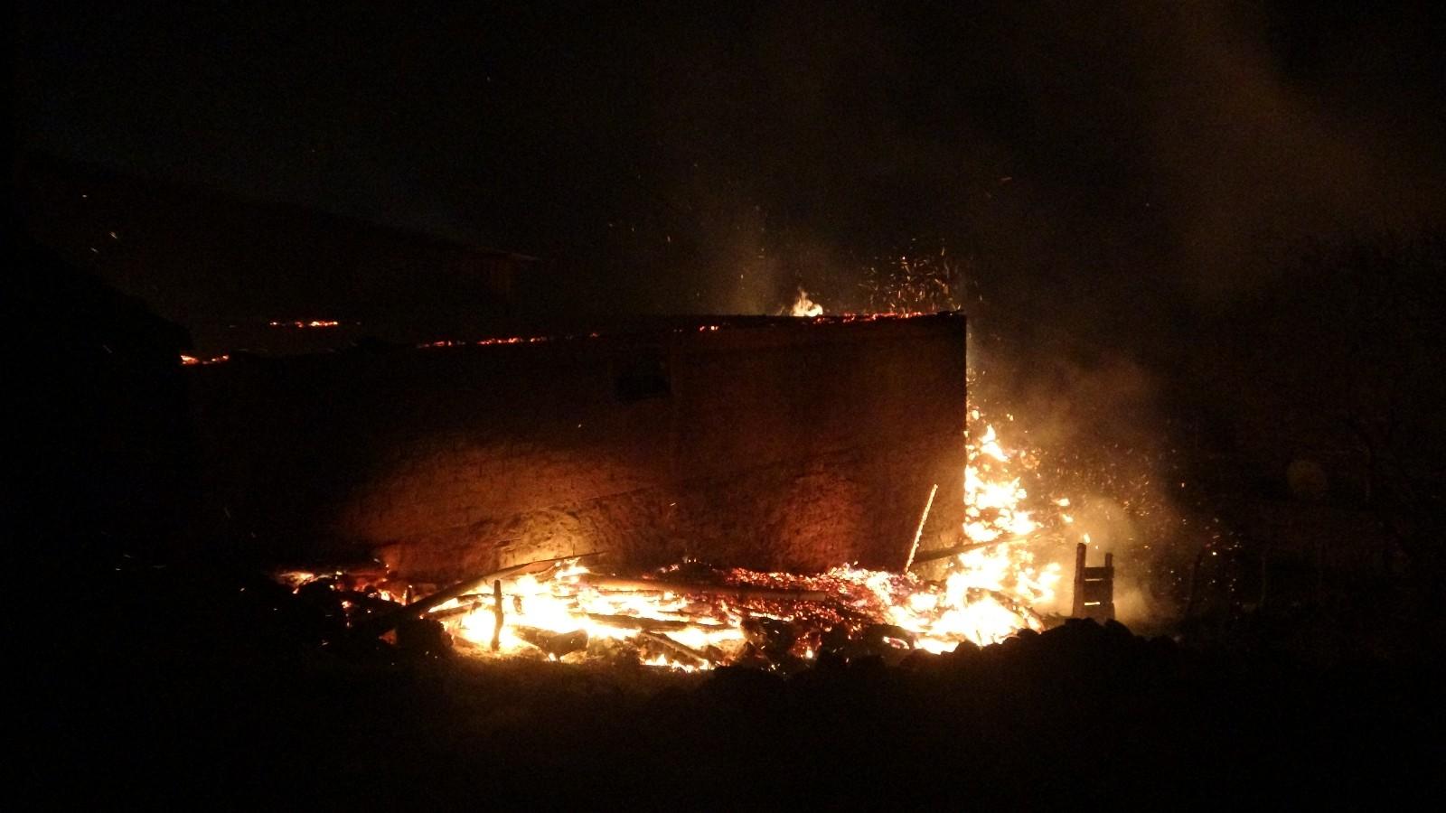 Uşak'ta 2 boş evde çıkan yangında ahırlarda çok sayıda koyun ve kuzu telef oldu