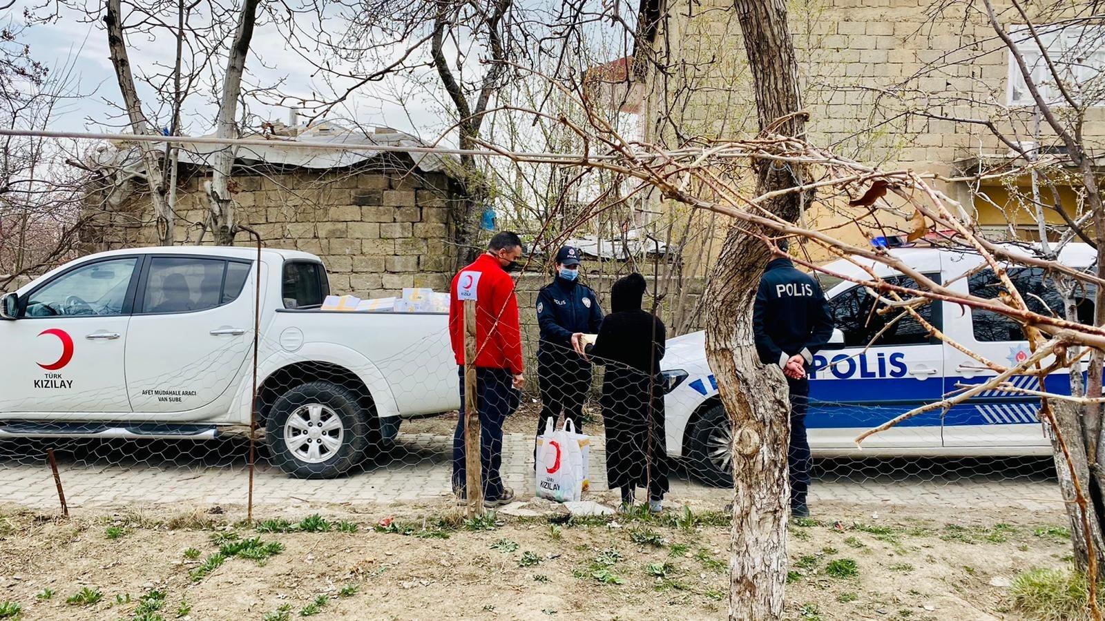 Van Emniyet Müdürlüğü ve Kızılay'dan şiddet mağduru kadınlara yardım yaptı