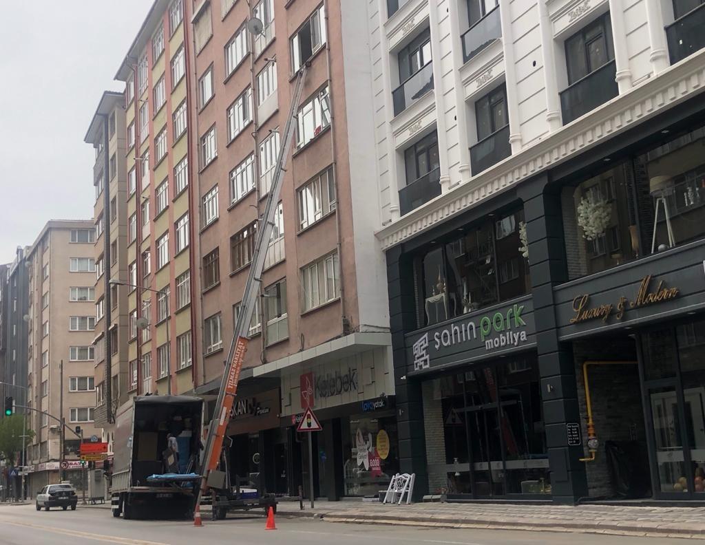 Boş sokakları fırsata çevirip taşınma işlerini hallettiler