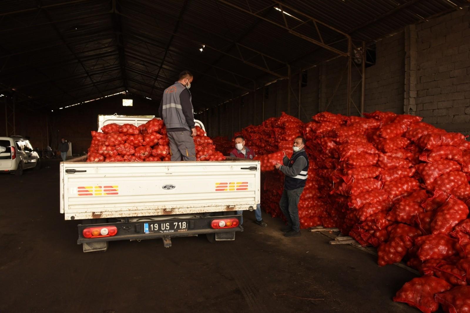 İhtiyaç sahibi ailelere dağıtım başladı, Çorum Belediyesi'nden patates ve soğan dağıtımına destek
