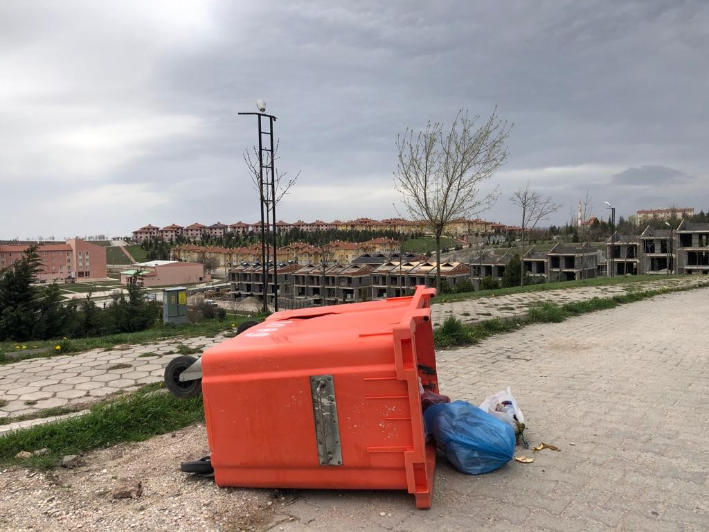 Eskişehir'de etkili olan kuvvetli rüzgar önüne geleni uçurdu