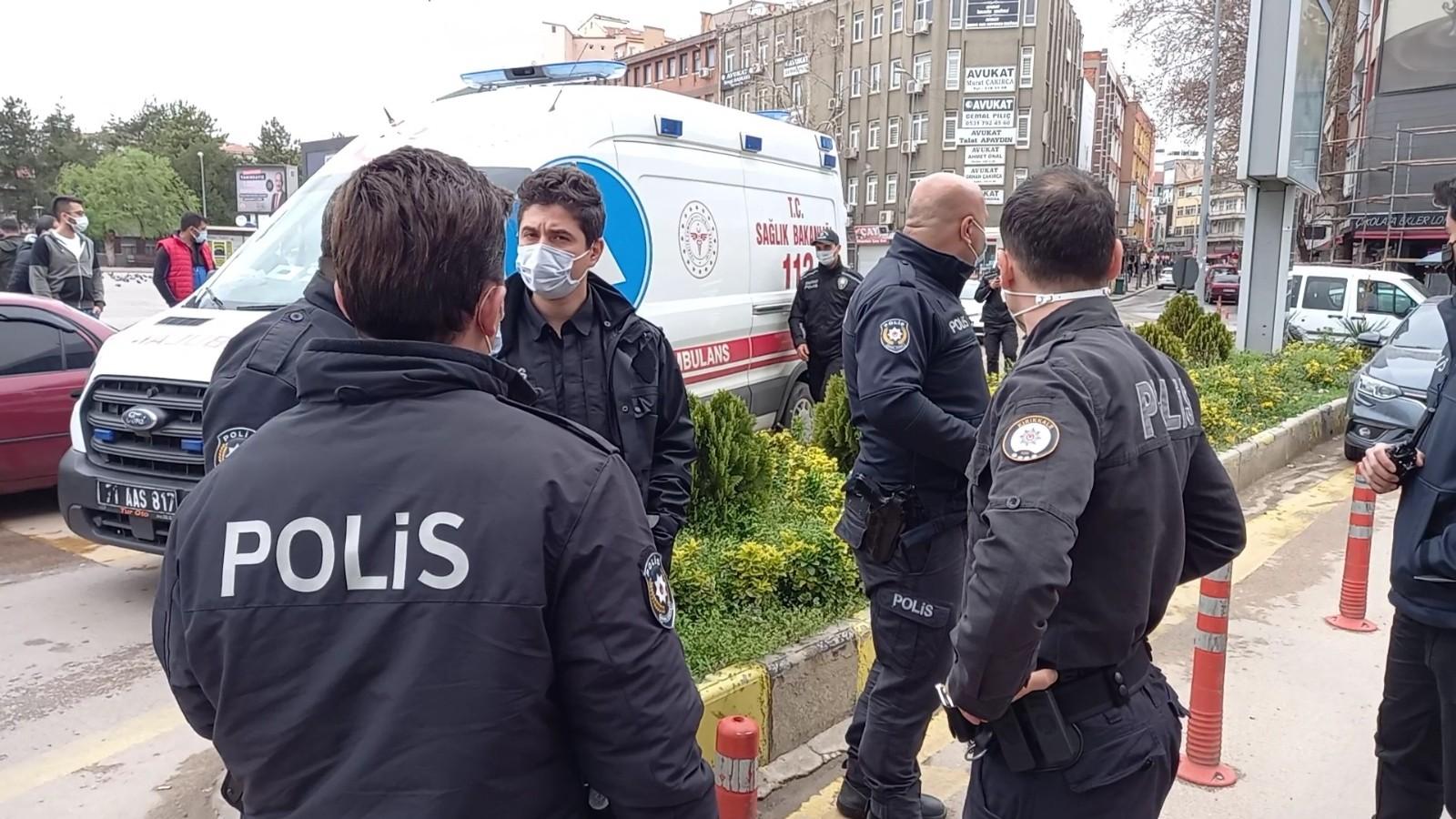 Emniyet önünde kavga! Ayırmaya çalışan polis ve bekçi bıçaklanarak yaralandı