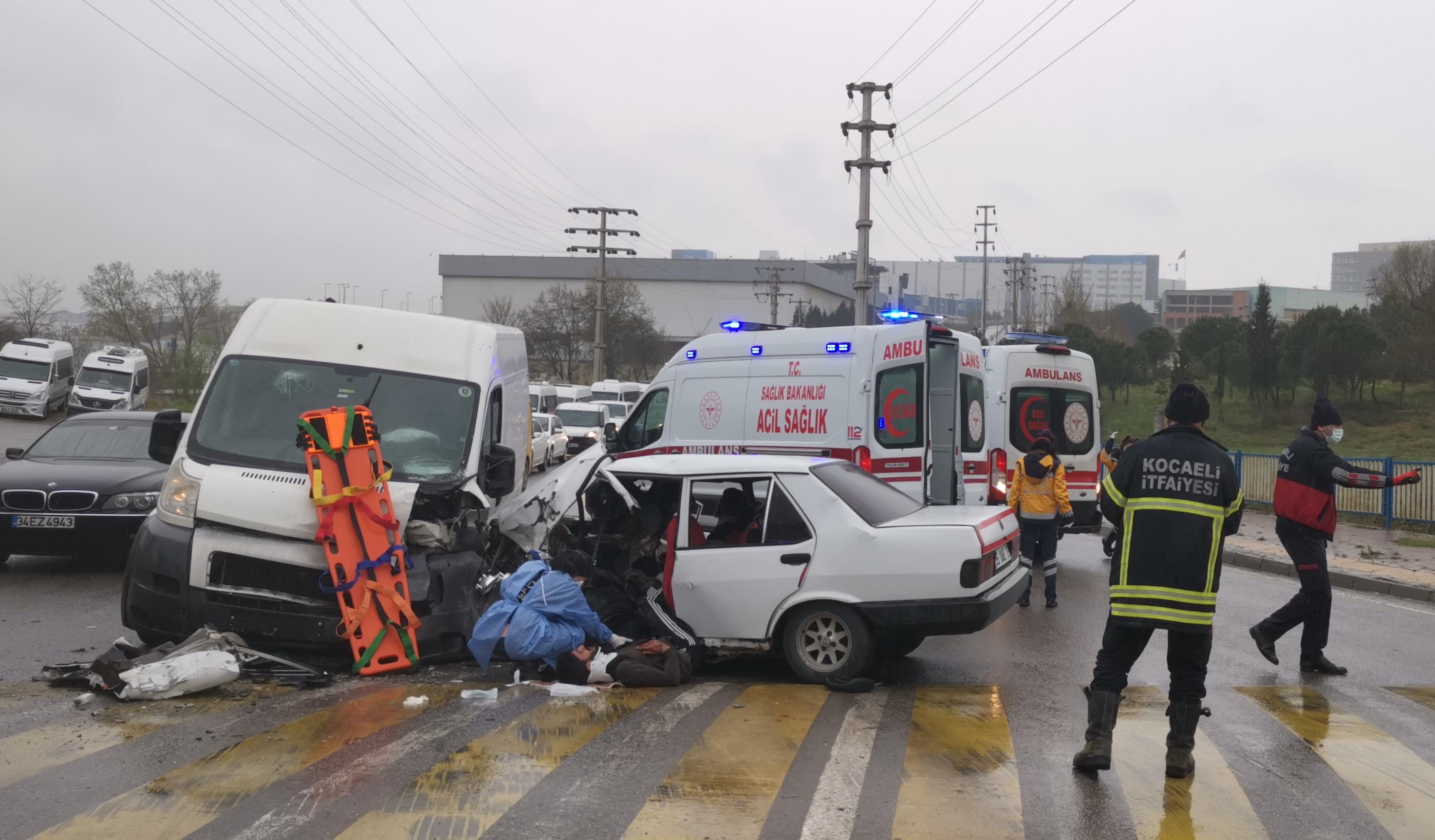 Kocaeli'de otomobil ile panelva çarpıştı: Kazada biri ağır 6 kişi yaralandı