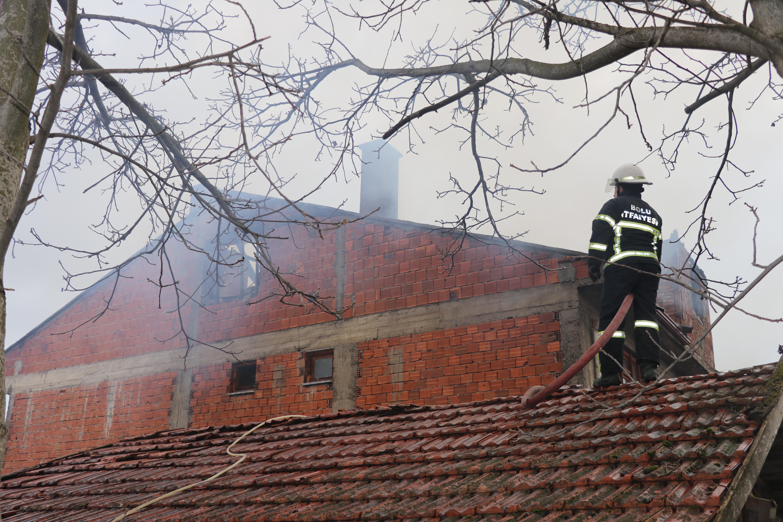 Bolu'da iki katlı evde yangın paniği! Köy halkı hortumla müdahale etti