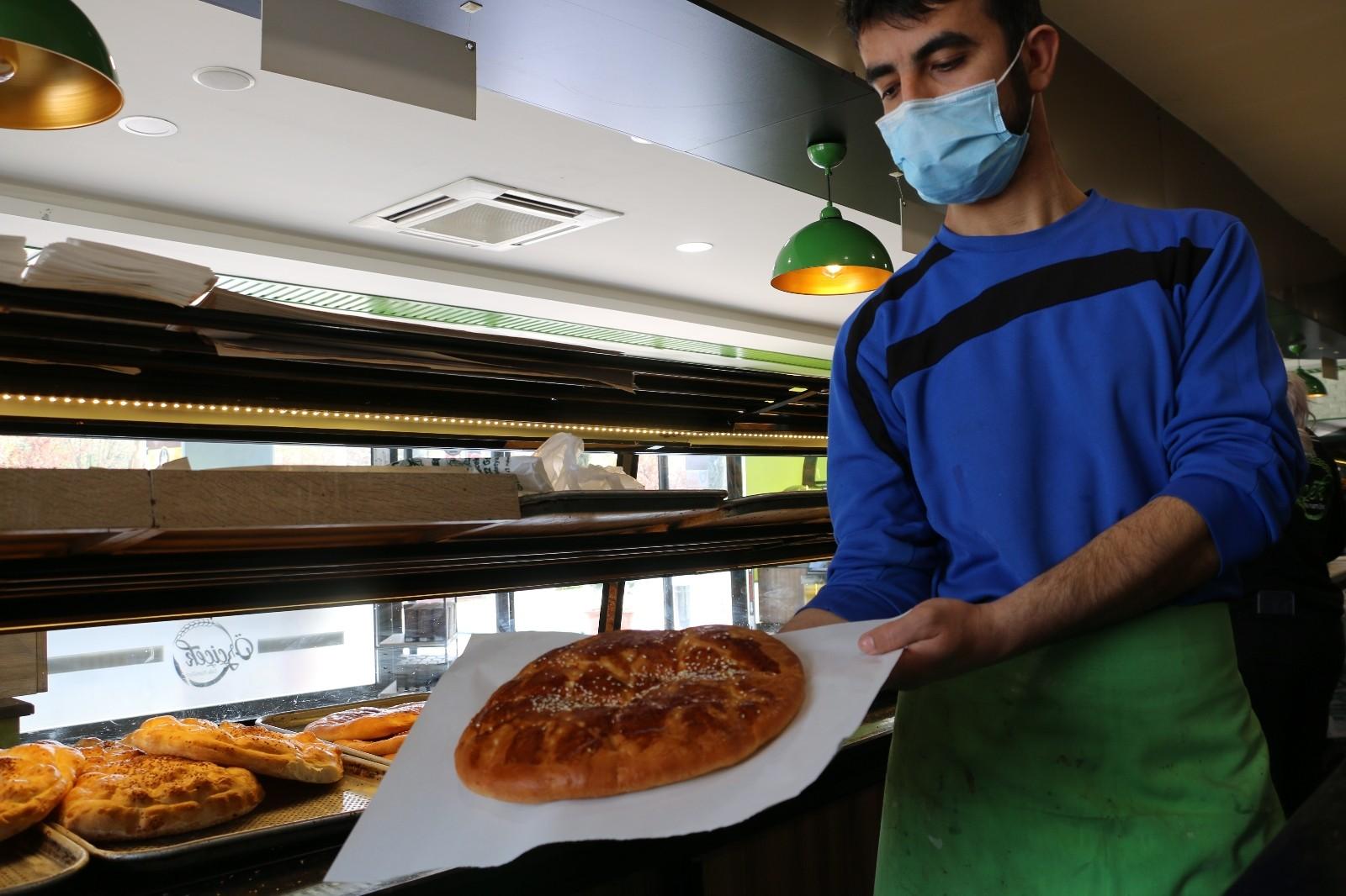 """Elazığ'ın meşhur lezzeti tezgahlardaki yerini aldı, Ramazan'ın özel tadı """"Nohut Ekmeği"""""""