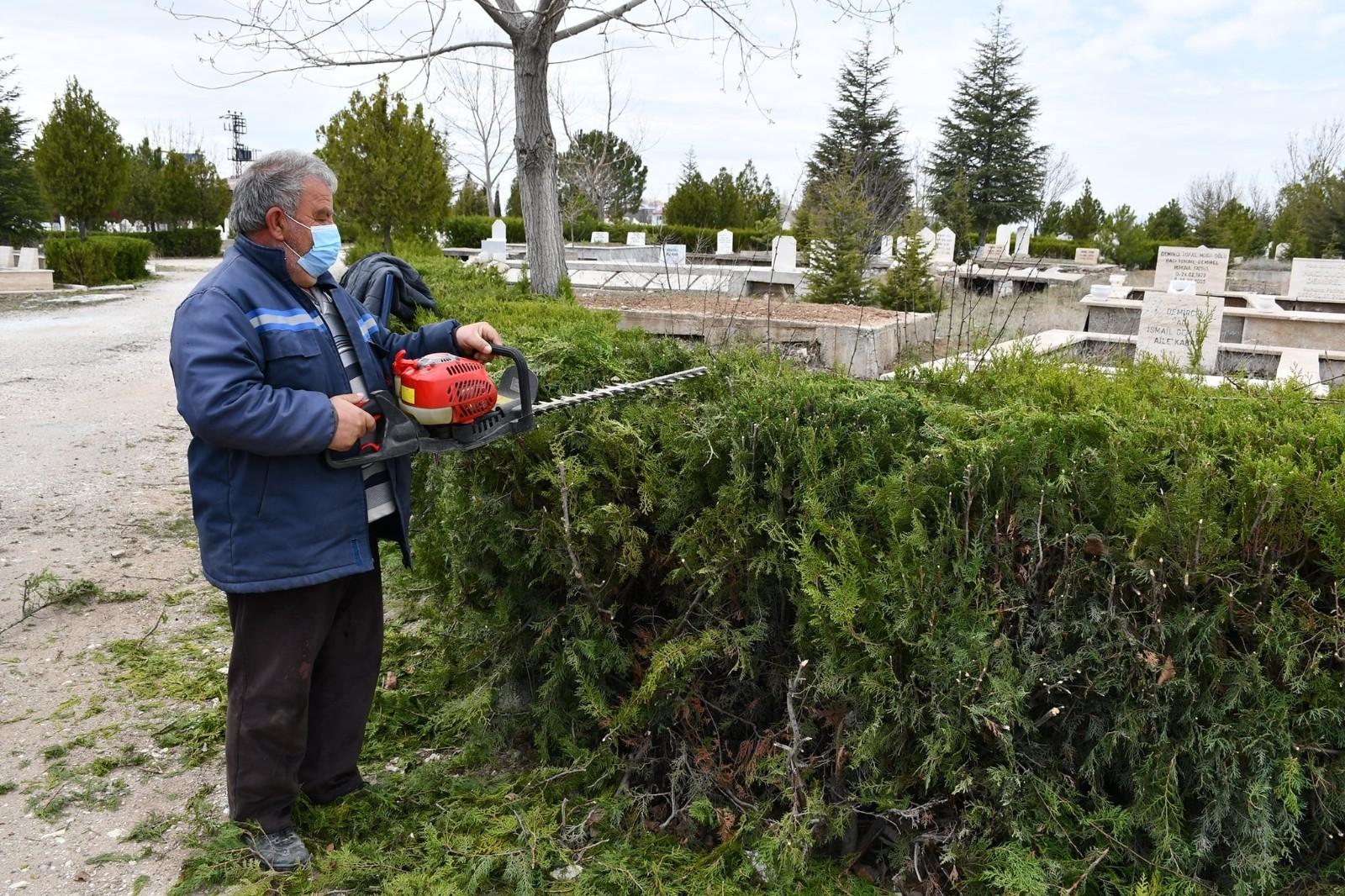 Afyonkarahisar'da mezarlıklar temizlenerek bayrama hazırlandı