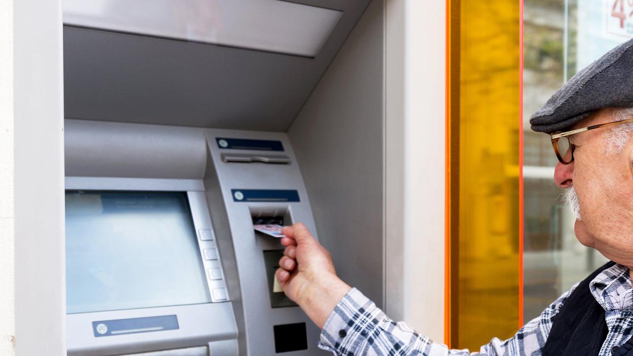 Karantinada olması gereken yaşlı adam bankada para çekerken yakalandı