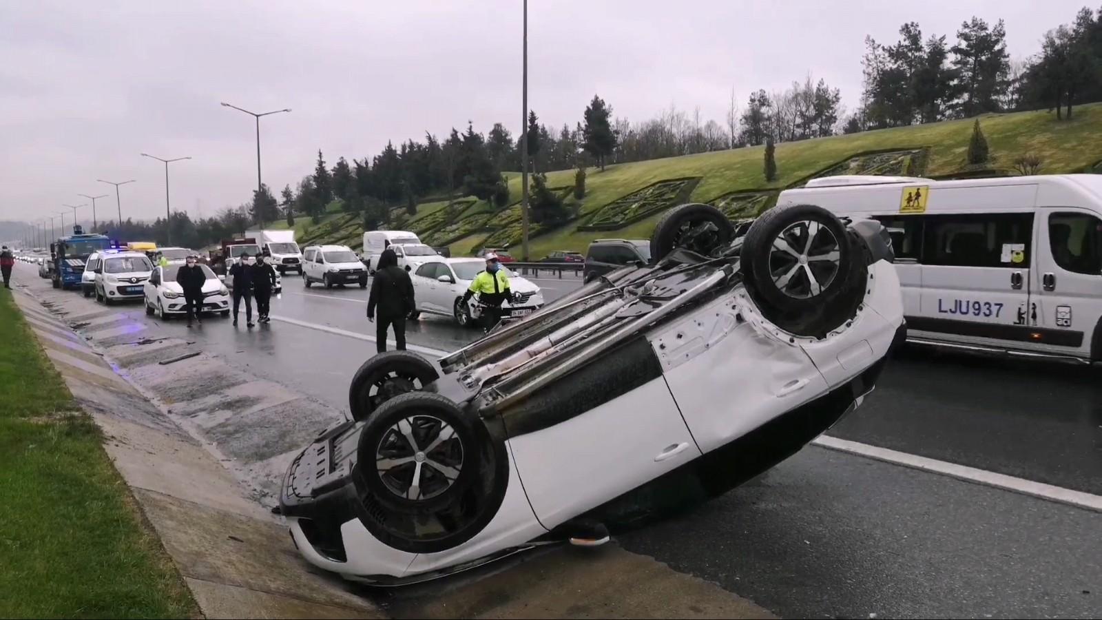 TEM'de zincirleme kaza, bir araç takla attı,  uzun araç kuyrukları oluştu
