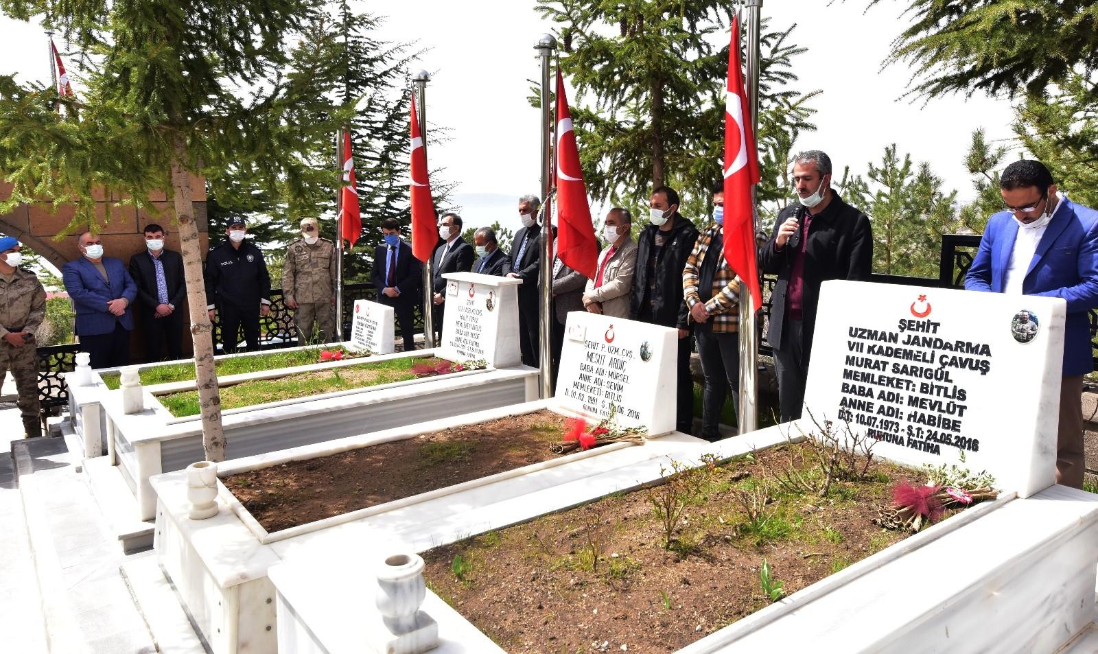 Ahlat'ta Şehitler Haftası programında şehitlerimiz için anma töreni