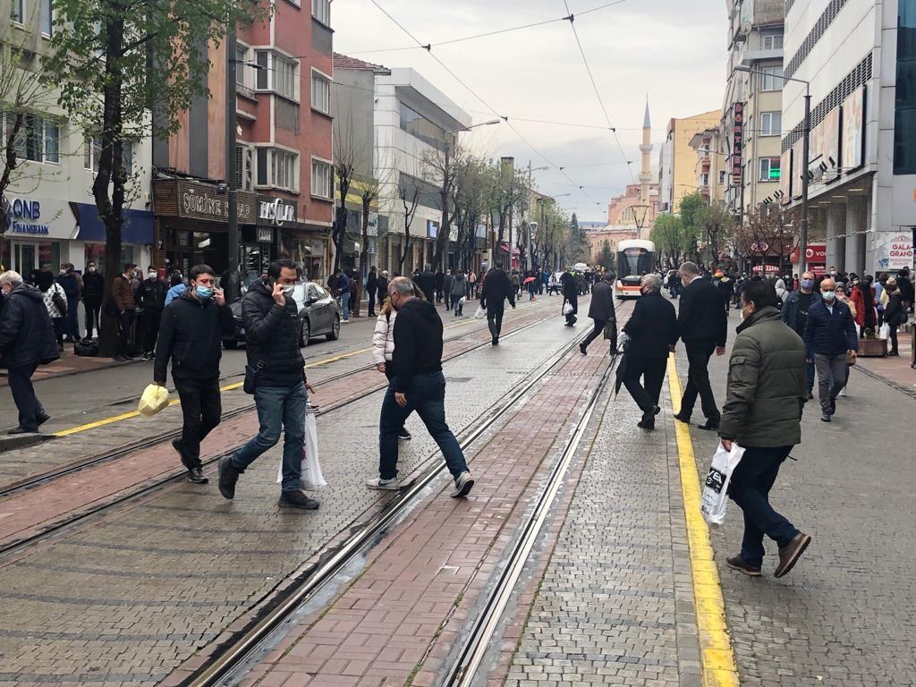 Yağışlı havaya rağmen vatandaş yine sokakları doldurdu