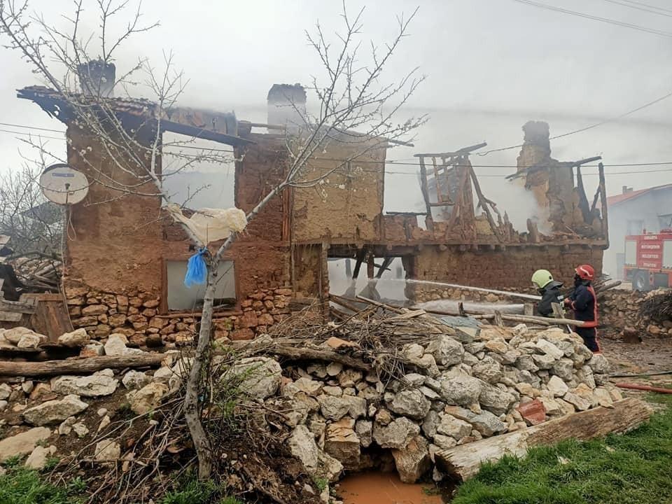 Bolu'da 2 katlı ev alevlere teslim oldu: Ev kullanılamaz hale geldi!
