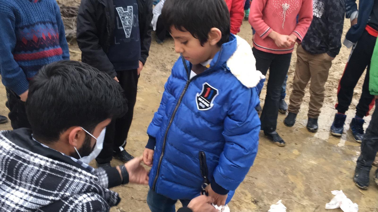 Tek başına köylü çocuklara yardım dağıtıyor, herkes tarafından takdir topluyor