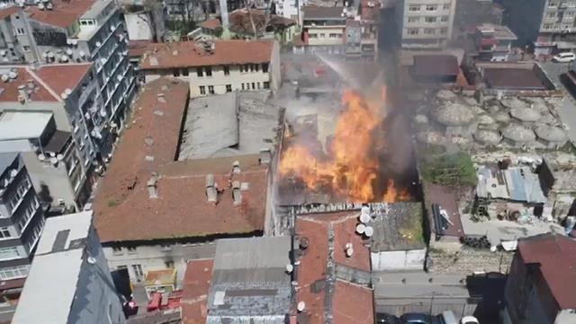 SON DAKİKA! Fatih Kumkapı'da bir depo yandı!