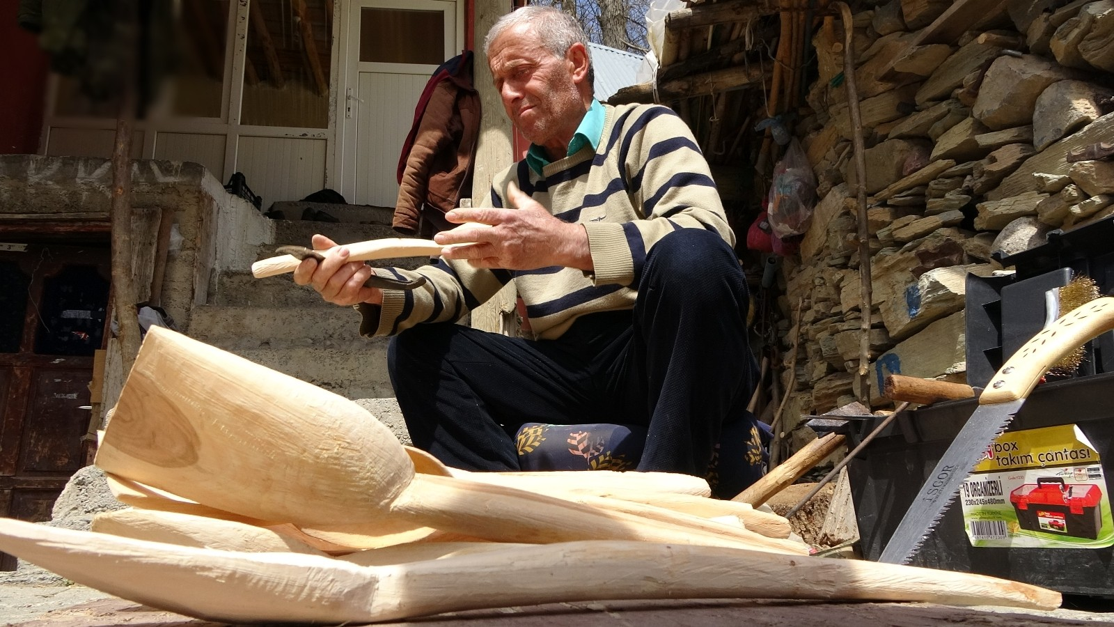 38 yıldır dede mesleği tahta kaşık yapımını sürdürüyor