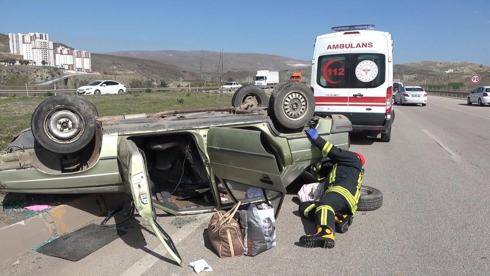 Tıra çarpmamak için manevra yaptı ama kazadan kurtulamadı, Otomobil takla attı: 2 yaralı