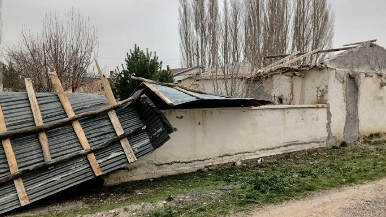 Fırtına çatıları uçurdu! Sivas'ta kuvvetli fırtına hayatı olumsuz etkiledi