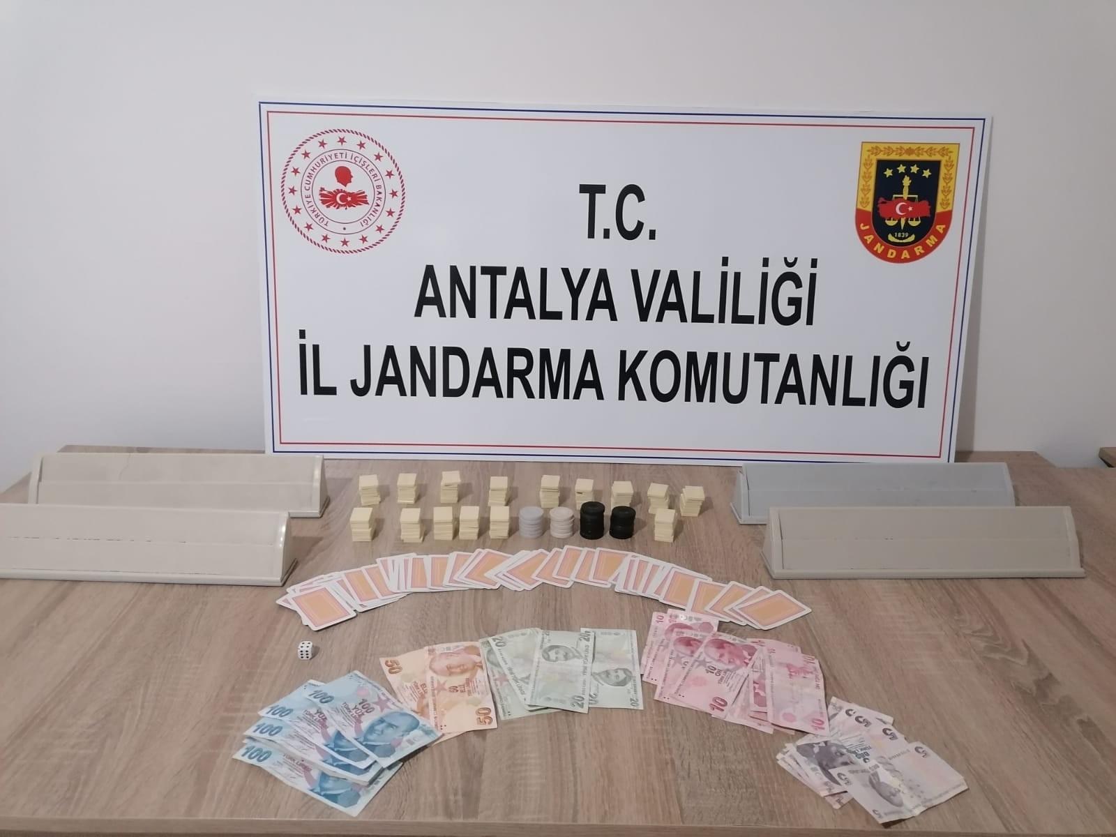 Antalya'da kumar oynatılan eve operasyon düzenlendi: 7 kişiye 37 bin 702 TL ceza