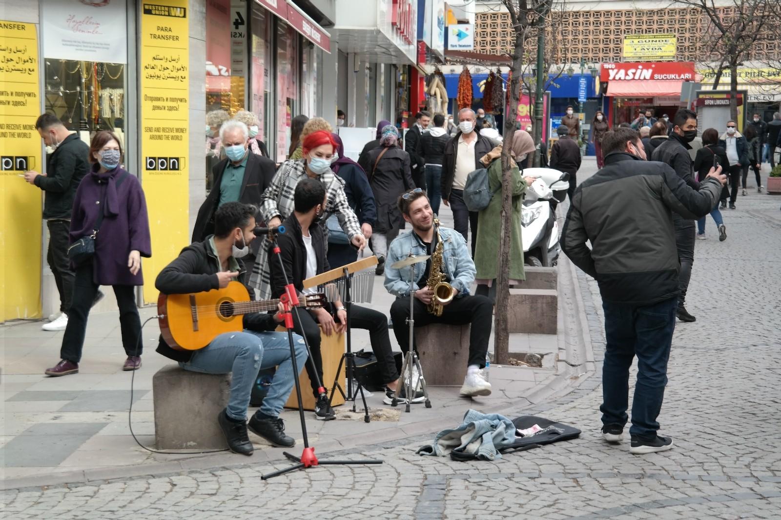 Sokak müzisyenlerinin müzik ziyafetine zabıta engeli