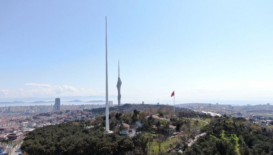 Çamlıca Tepesi'ne Türkiye'nin en uzun bayrak direği dikildi.