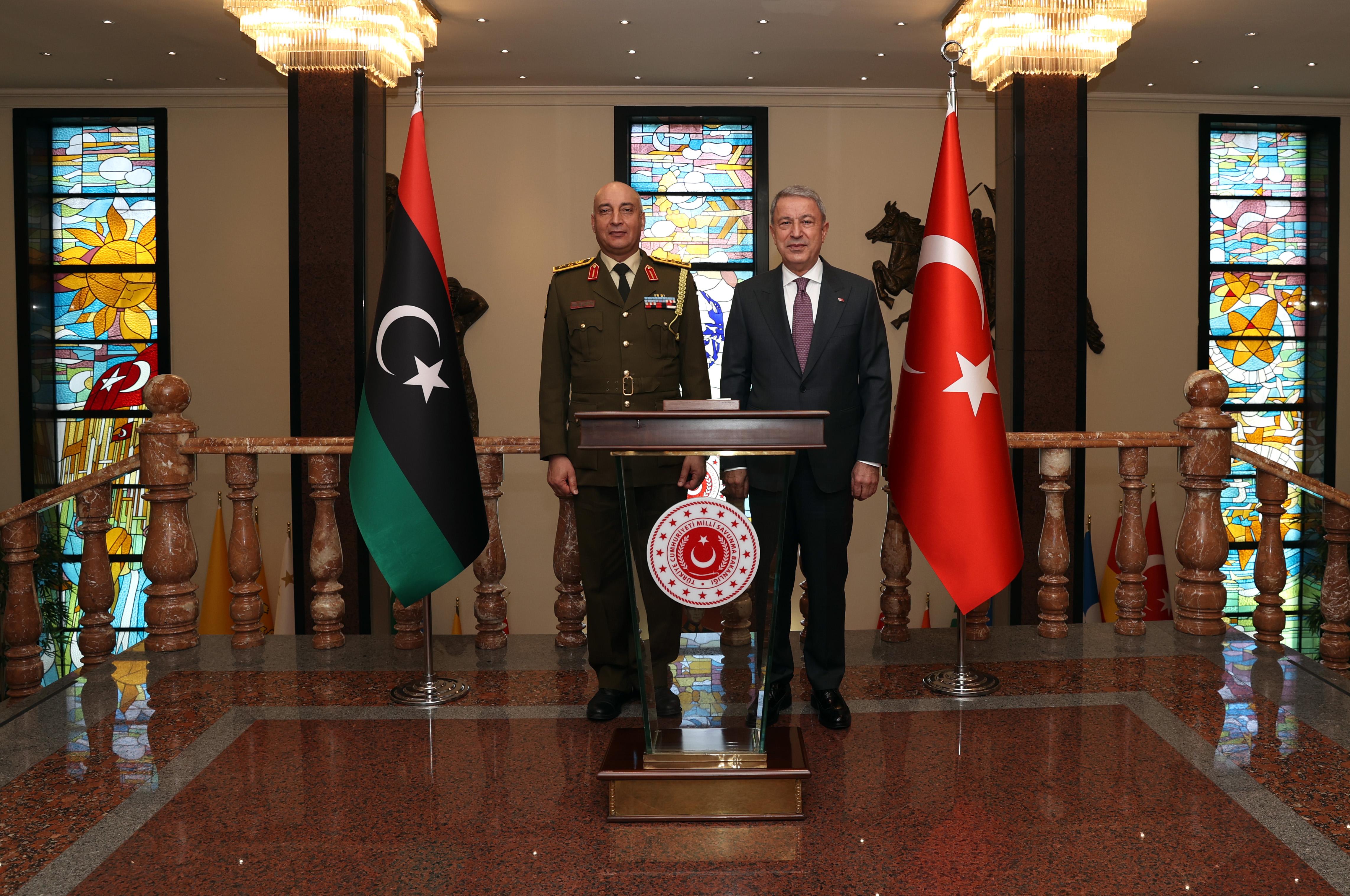 Askeri törenle karşılandı, Milli Savunma Bakanı Hulusi Akar Libya Genelkurmay Başkanı'nı kabul etti