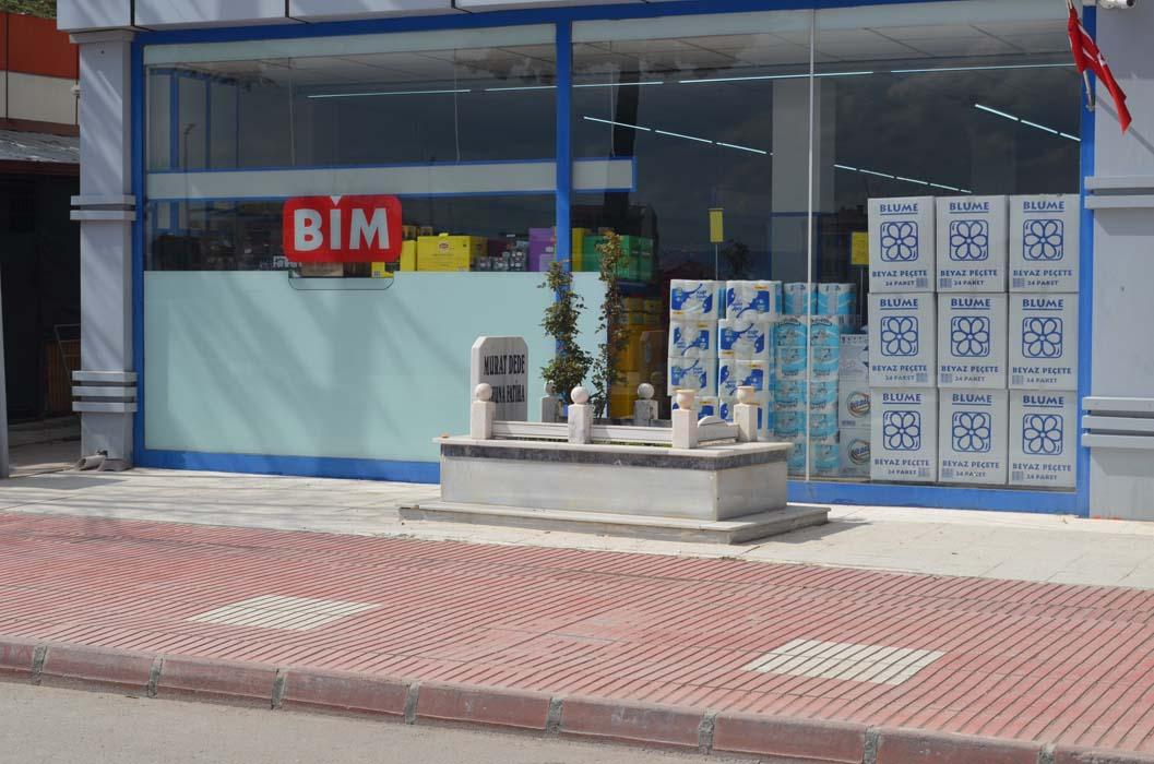 Amasya'da market girişi, apartman önü, yol ortası ve kaldırımda mezarlar görenleri şoke etti!