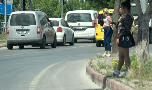 Antalya'da skandal olay! Yasağı dinlemeyen kadınlar araç sürücüleriyle fuhuş pazarlığı yaptı