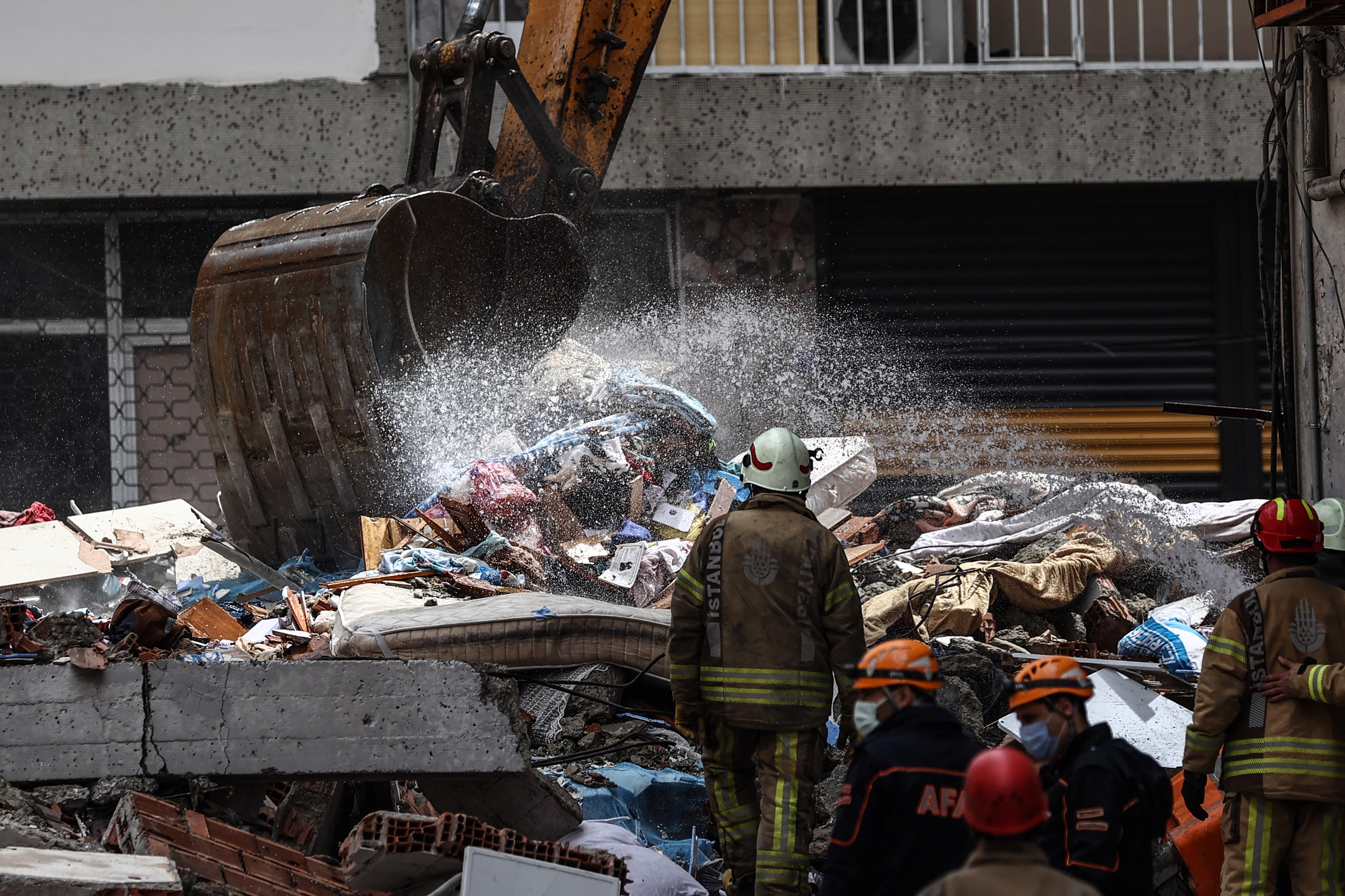 Zeytinburnu'nda 5 katlı bina çöktü: Daha önce boşaltılmış olması felaketi önledi