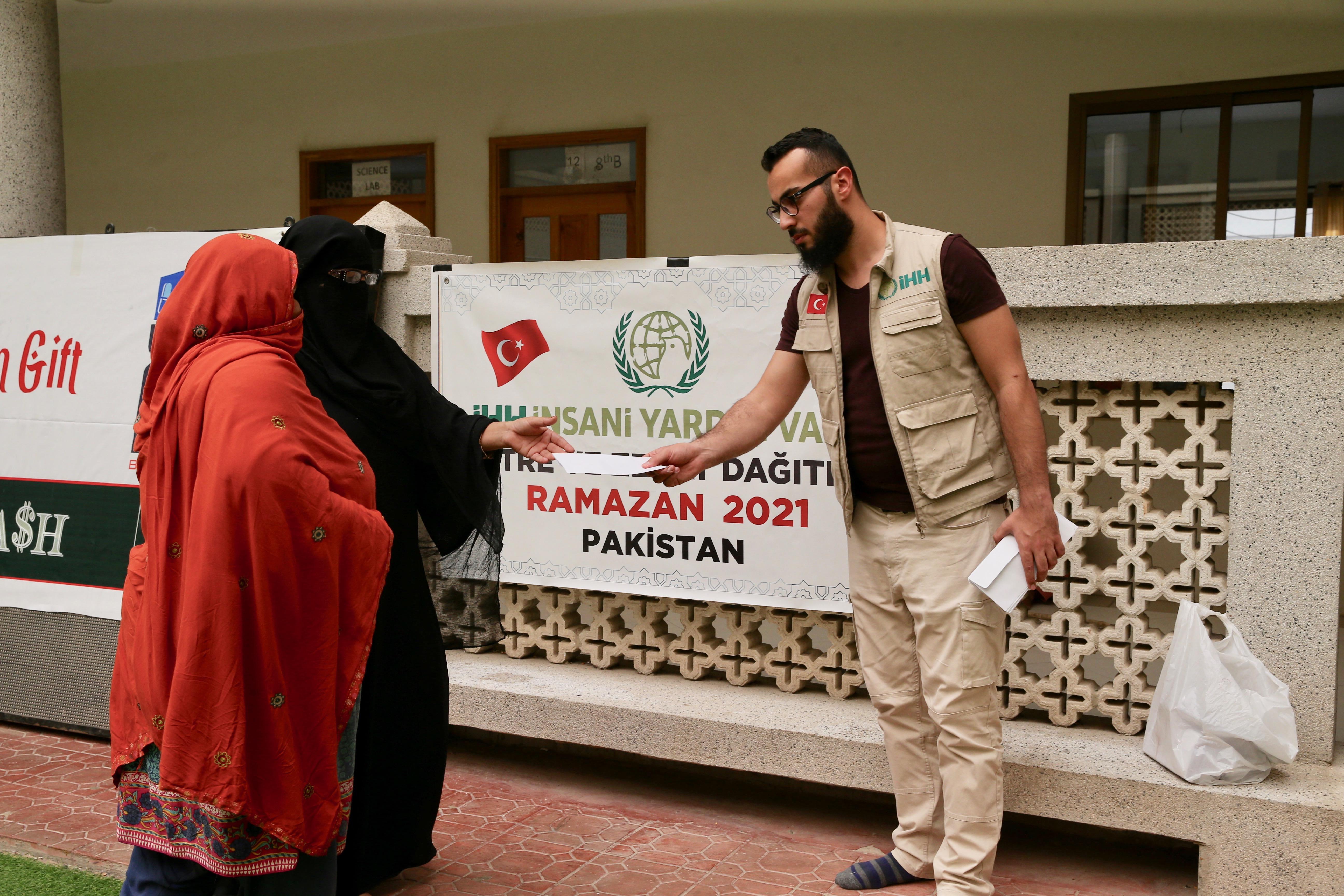 İHH, Pakistan'da ihtiyaç sahibi ailelere nakdi yardımda bulundu